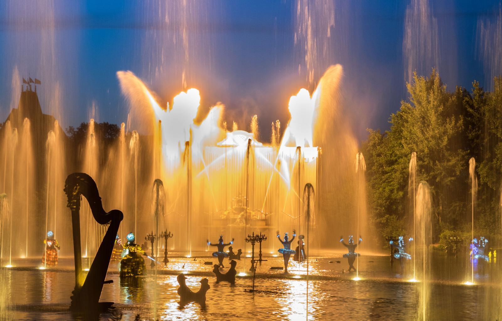 Första kvällshowen ges vid parkens största sjö. En ljud och ljusshow som stannar kvar länge i minnet.