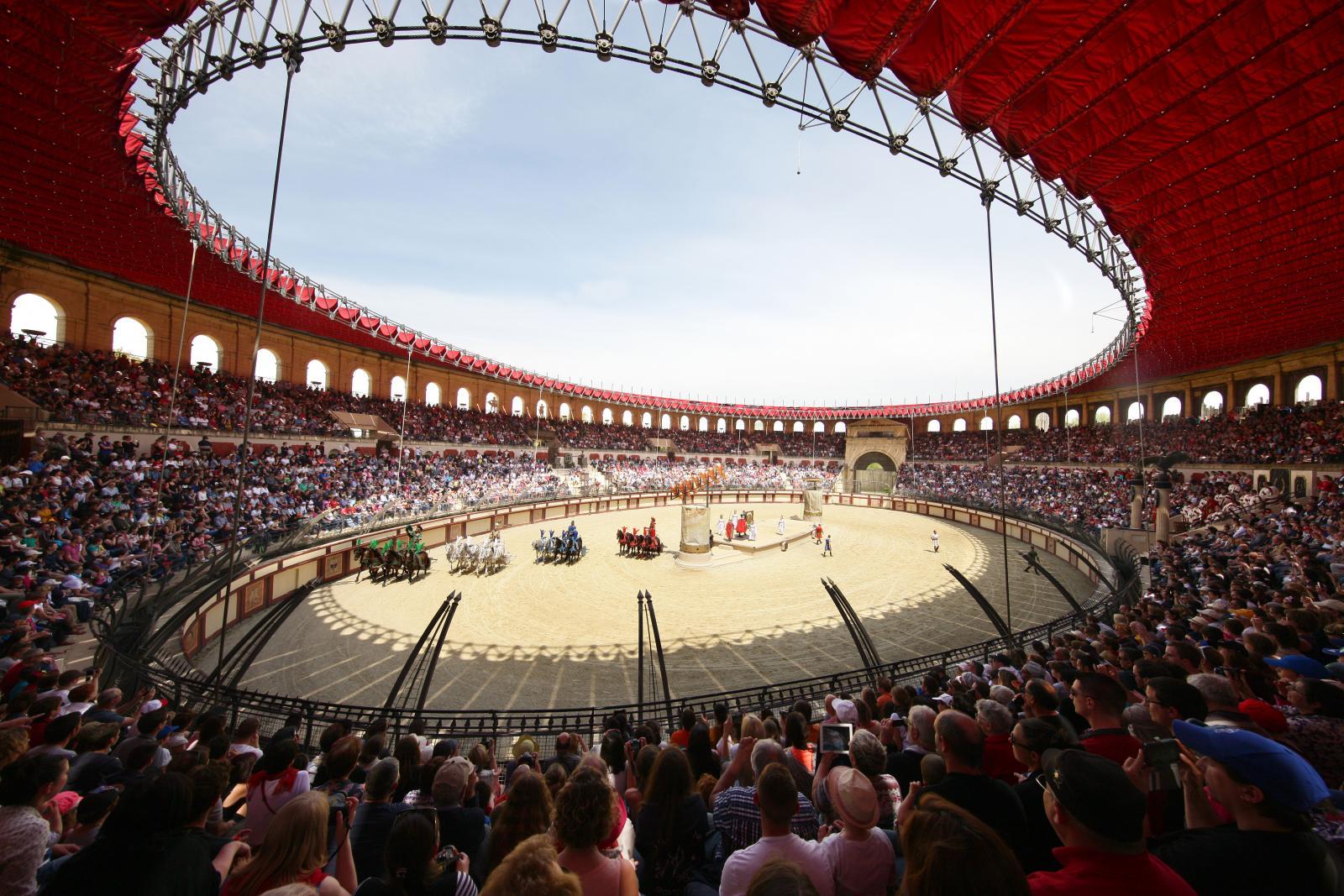 Romarnas show i Amphiteatern invigs med gåsmarsch.