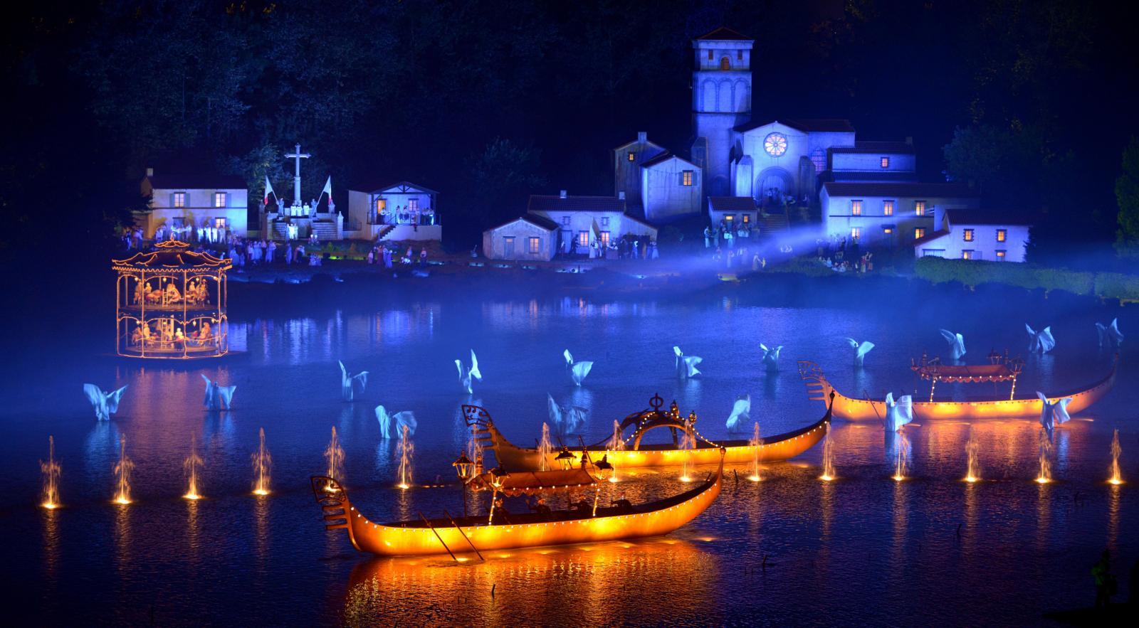 Cinéscénie är den sista av 18shower. Scenen är världens största med sina 23 hektar...