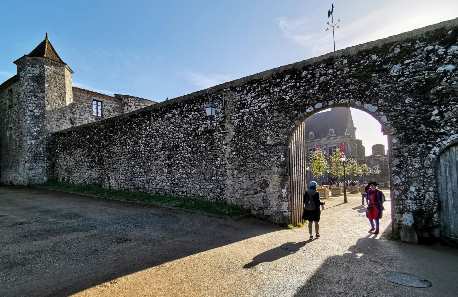 Här är vi på väg in genom muren till slottsgården för att besöka parkens eget (nybyggda) renässansslott.