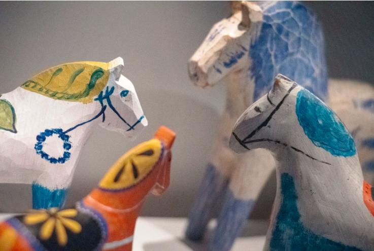På Dalarnas Museum i Falun finns världens största samling av dalahästar.
