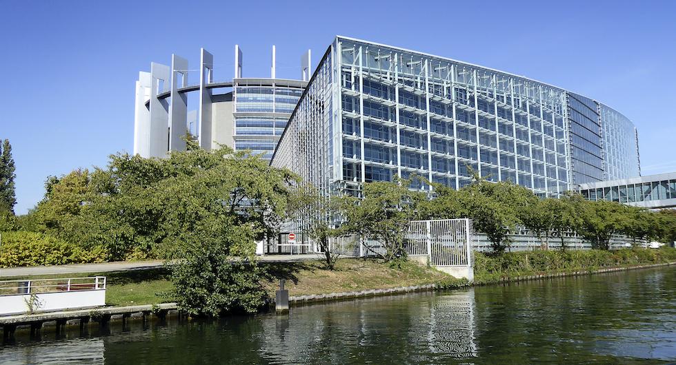 EU-parlamentet ligger intill floden Ill, med Europadomstolen på andra sidan vattnet.
