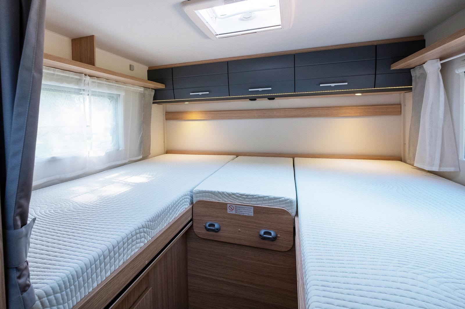 Höga långbäddar som kan bäddas ihop med extra madrassdel.