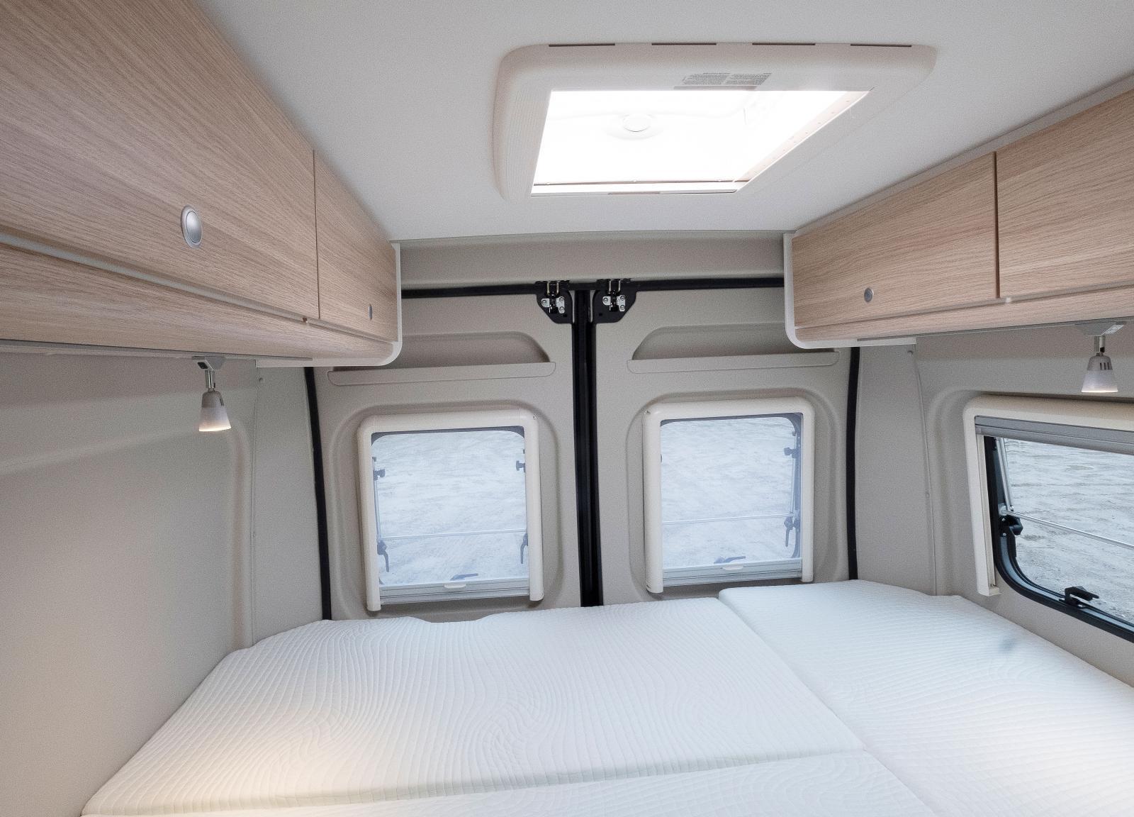 Fönster på ena väggen med myggnät och mörkläggning. Sänglamporna kan flyttas så det går att välja sida för huvudet.