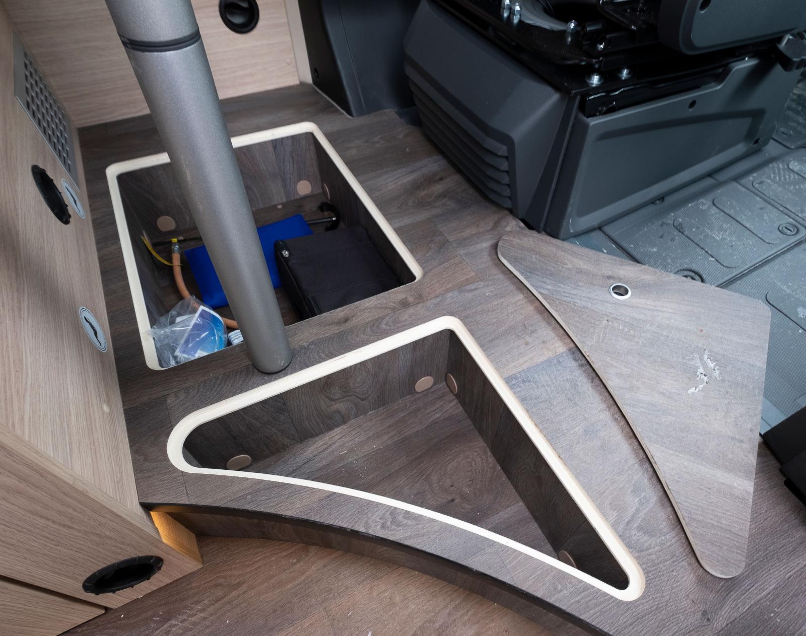 Lastmöjligheter i golvet under matbordet.