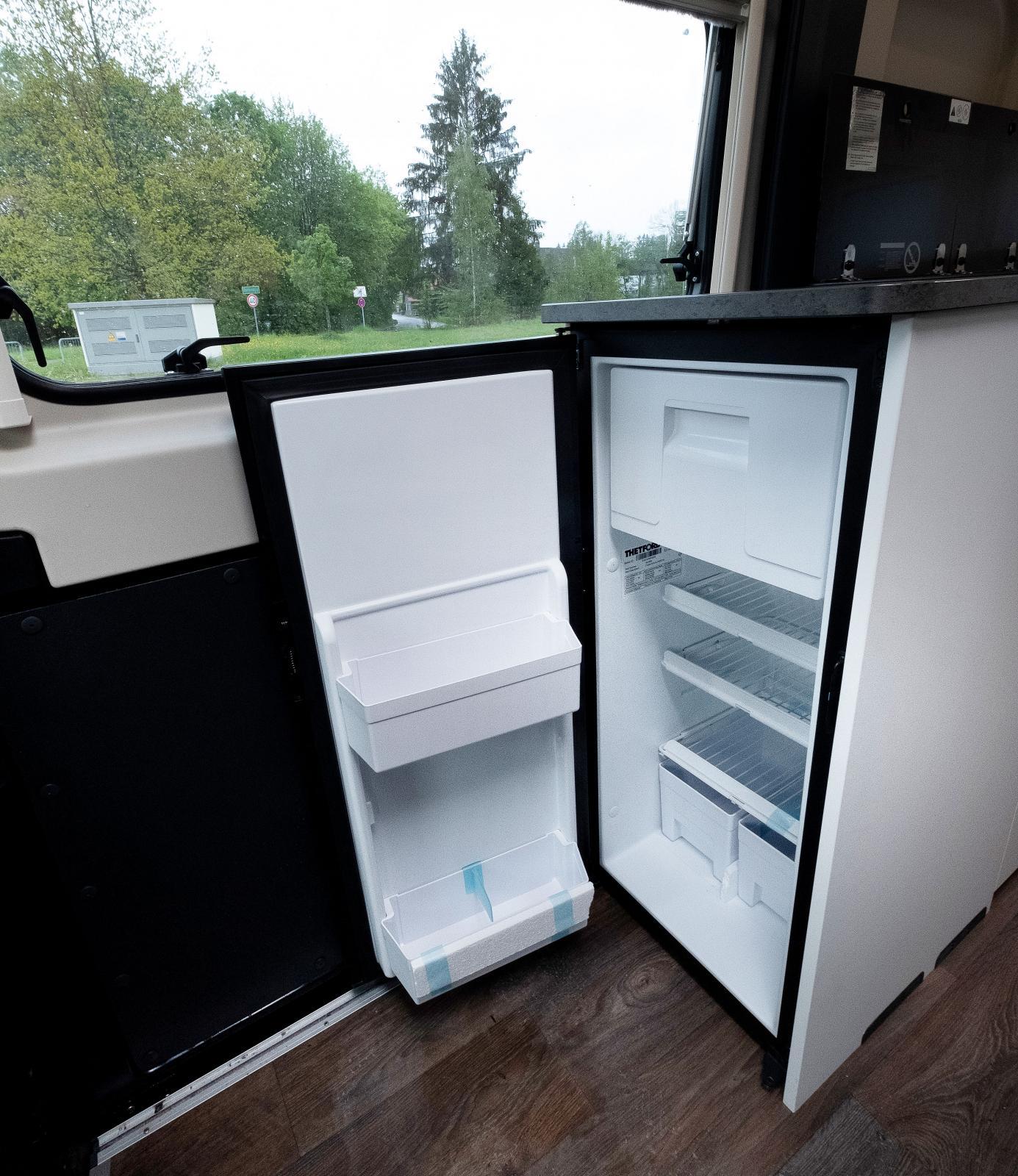 Kylskåpet på gaveln är relativt stort och har frysfack.