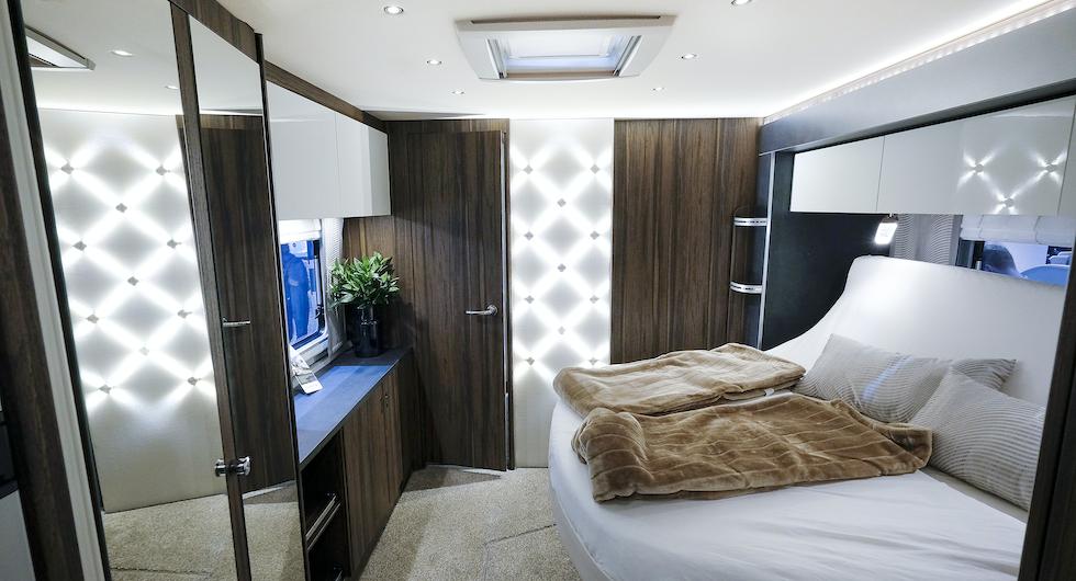 Sovrum modell större när slide-outen är i sitt yttersta läge och sängen uppfälld till sittposition.