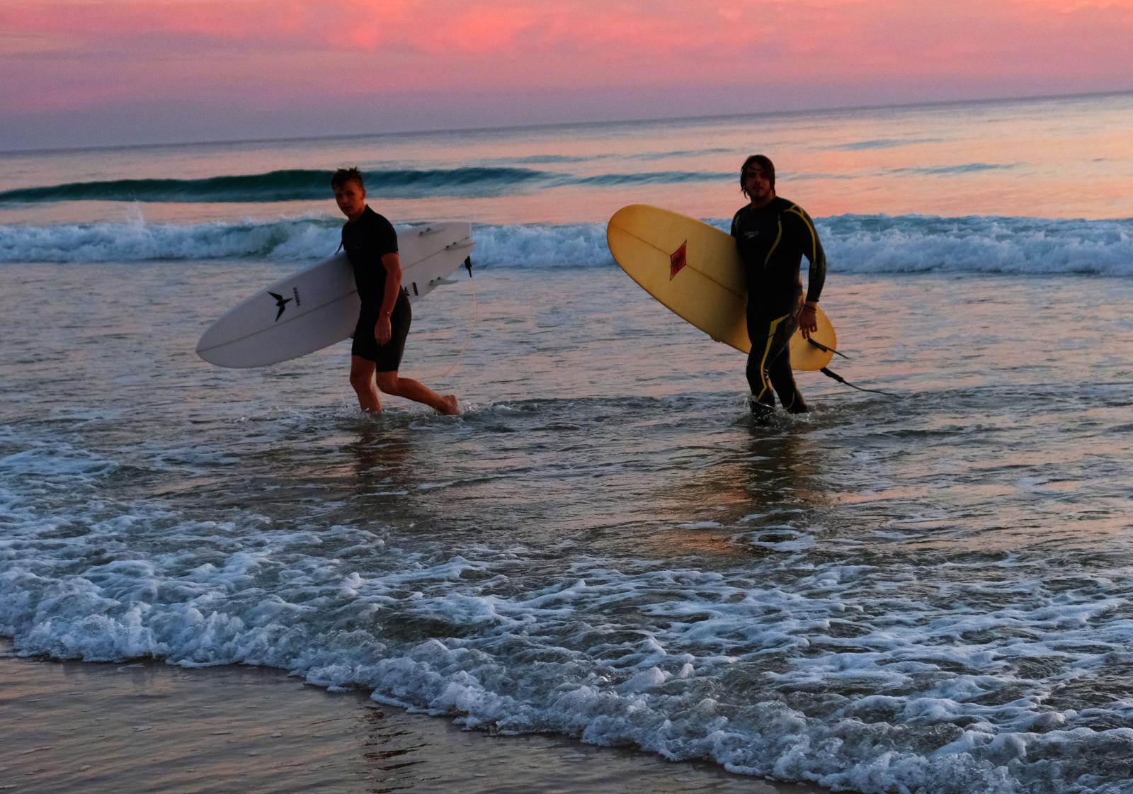 Vattensporter är populärt längs Atlantkusten. Campingen hyr ut brädor och ger lektioner.