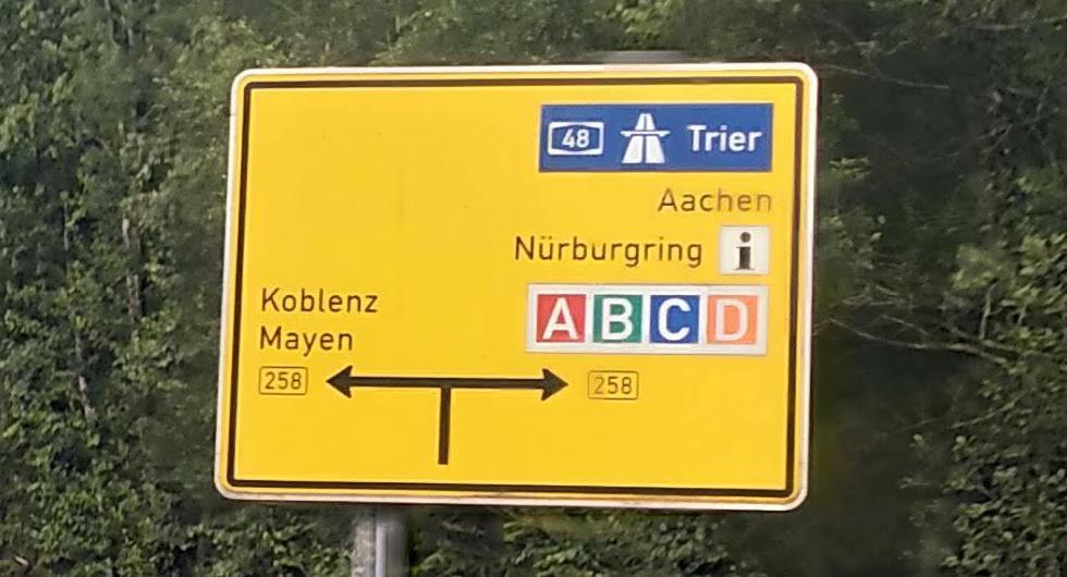 Motorväg har blå bakgrund och numret i vit text. Förbundsväg har svart nummer och gul bakgrund.