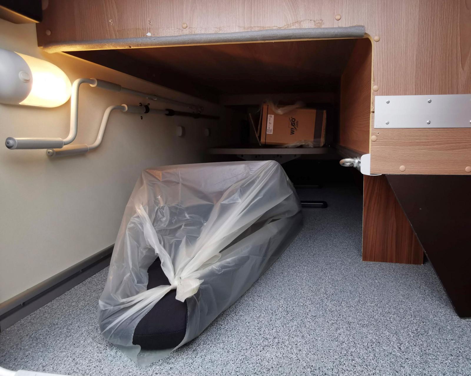 """""""Garaget"""" är lite lägre på grund av soffan. Tidigare ägare har satt upp skyddslist på träet. Längst in skymtar extrabordet."""