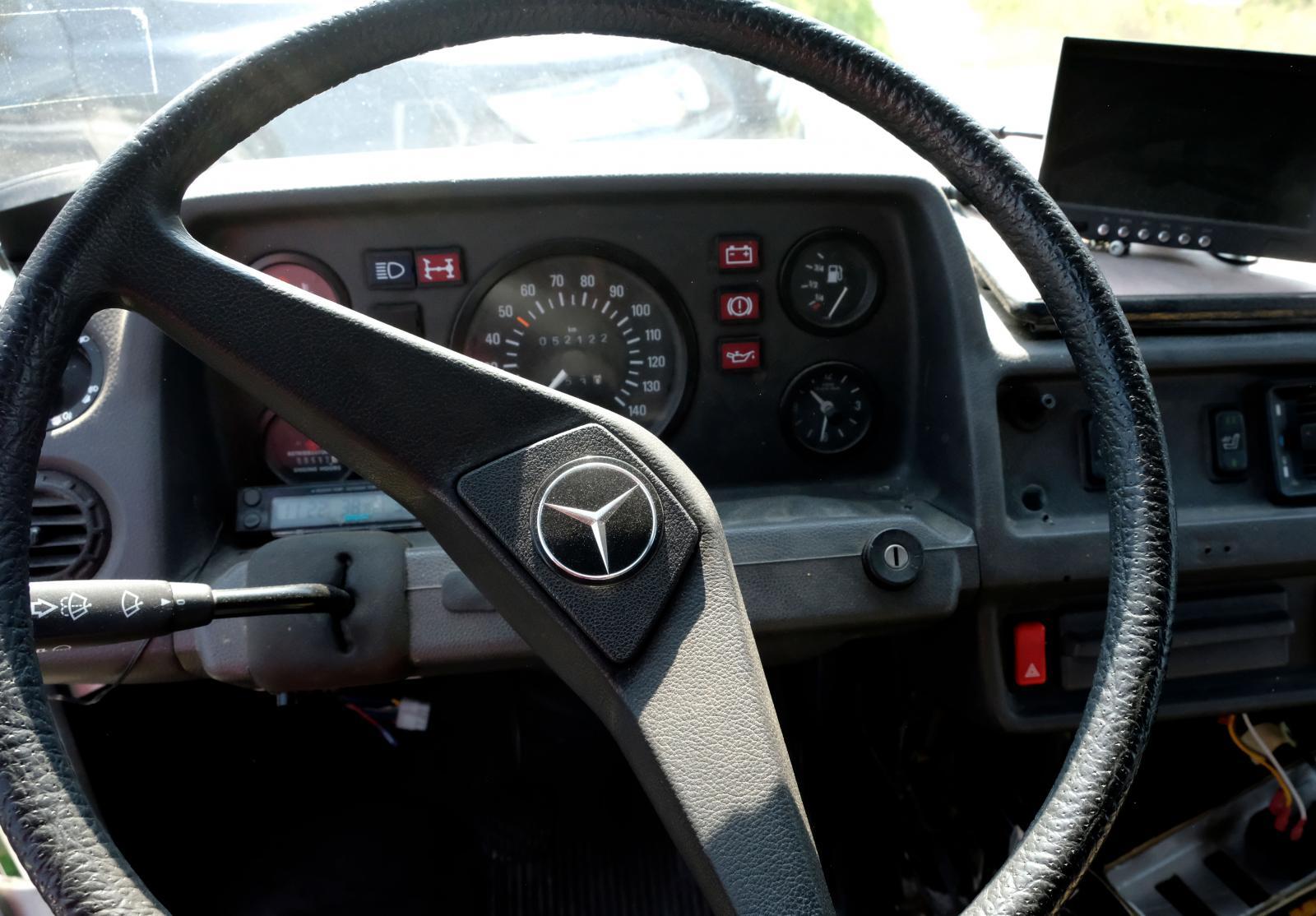 Mercedesloggan tronar ståtligt i mitten av ratten.