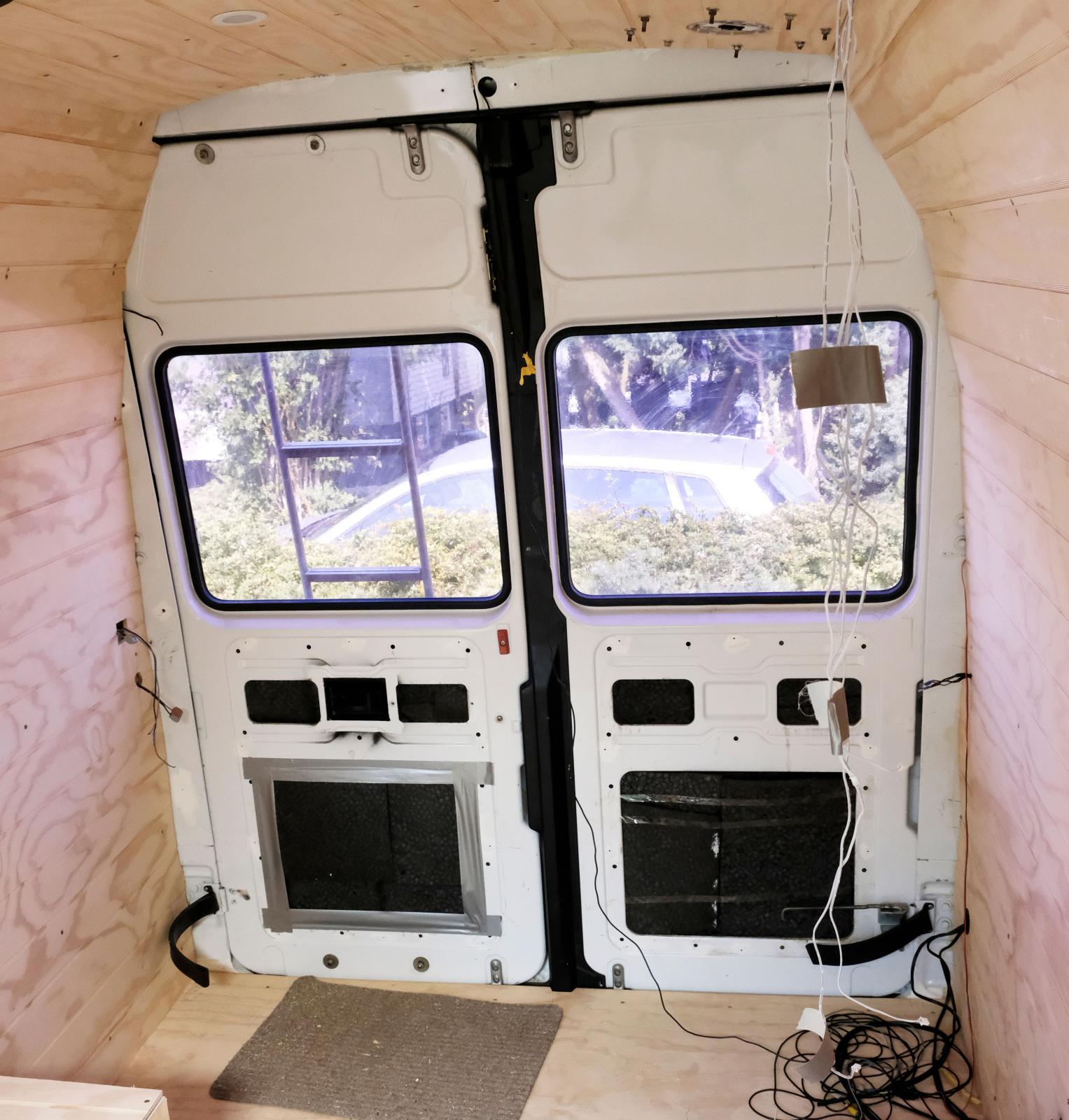 Även bakdörrarna kommer att täckas med träpanel så småningom. Följ utvecklingen på Patriks Instagram.