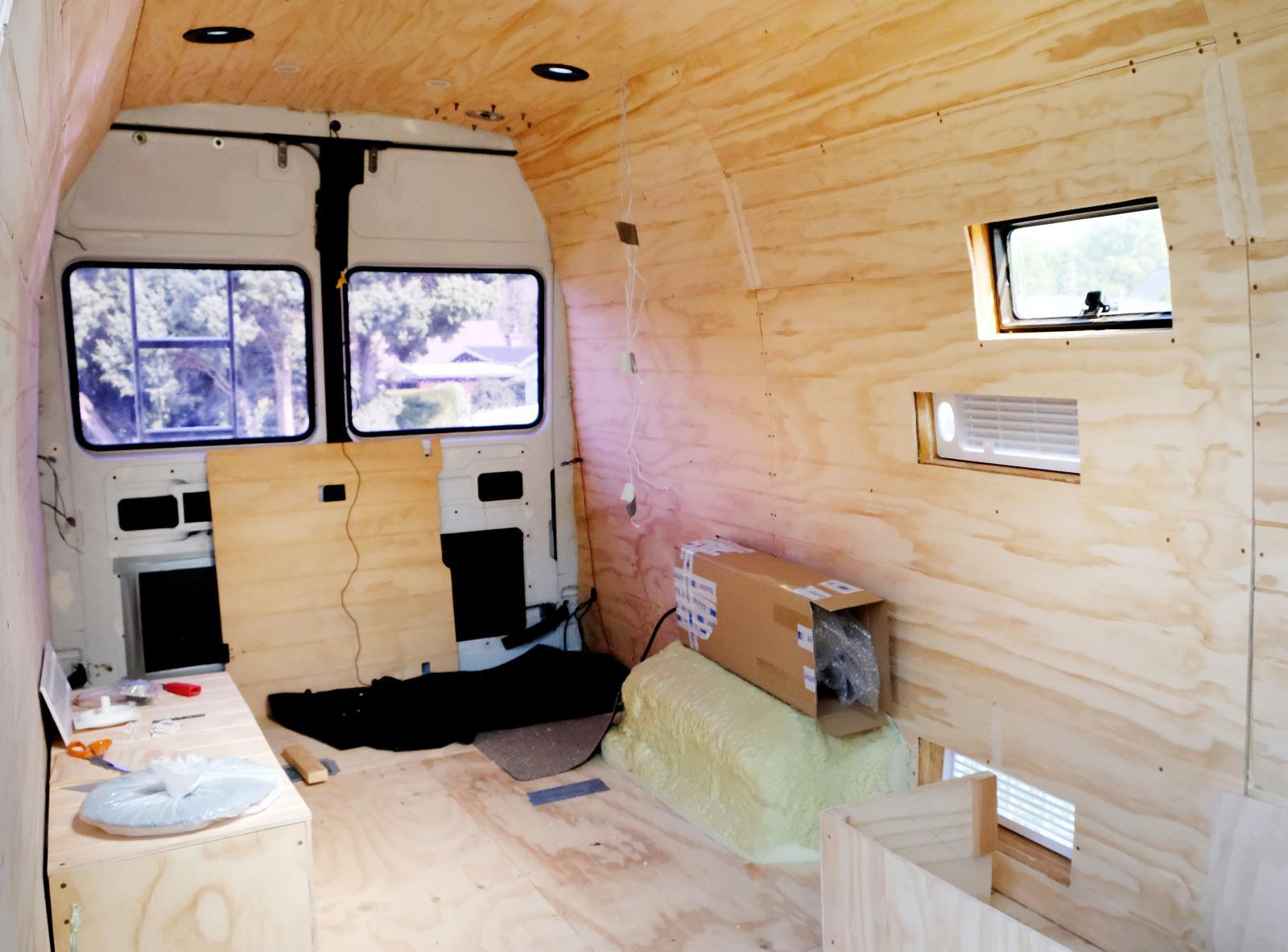 Målet är stugkänsla med mörkt golv och tak och vitt möblemang med rustika detaljer. Till höger i bild ska köket placeras.