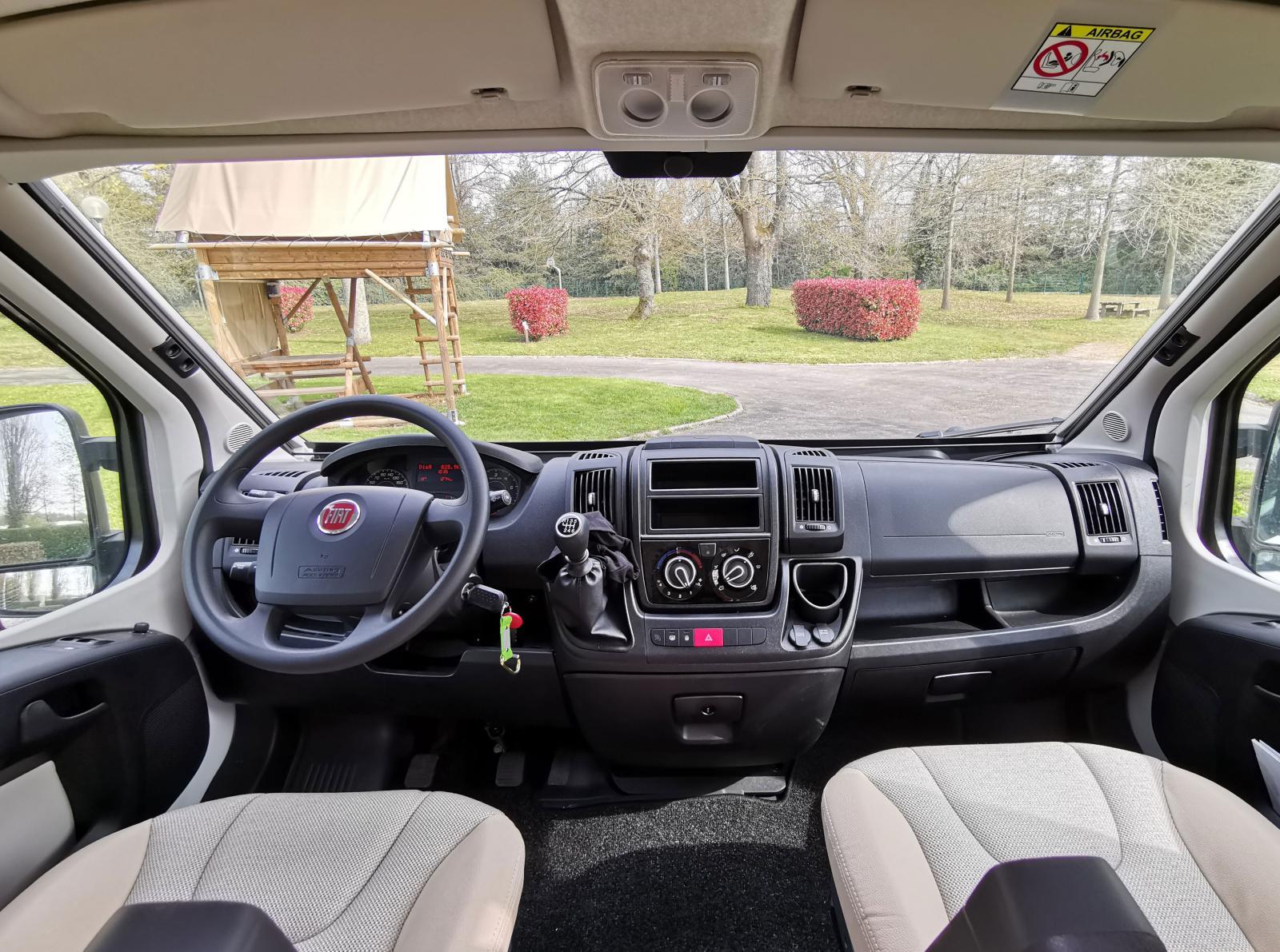 Välkänd förarmiljö. Standardbetonad Fiat-del utan kromringar i ratten eller dryckeshållare i mittkonsolen. Remis-gardiner ingår i FUN+ paketet och som vanligt finns USB och 12-voltsuttag.