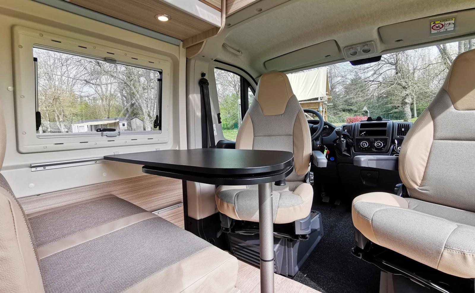 Matbordet har en svart laminatskiva som bryter av och ger en snygg kontrast gentemot den i övrigt ljusa möbleringen.