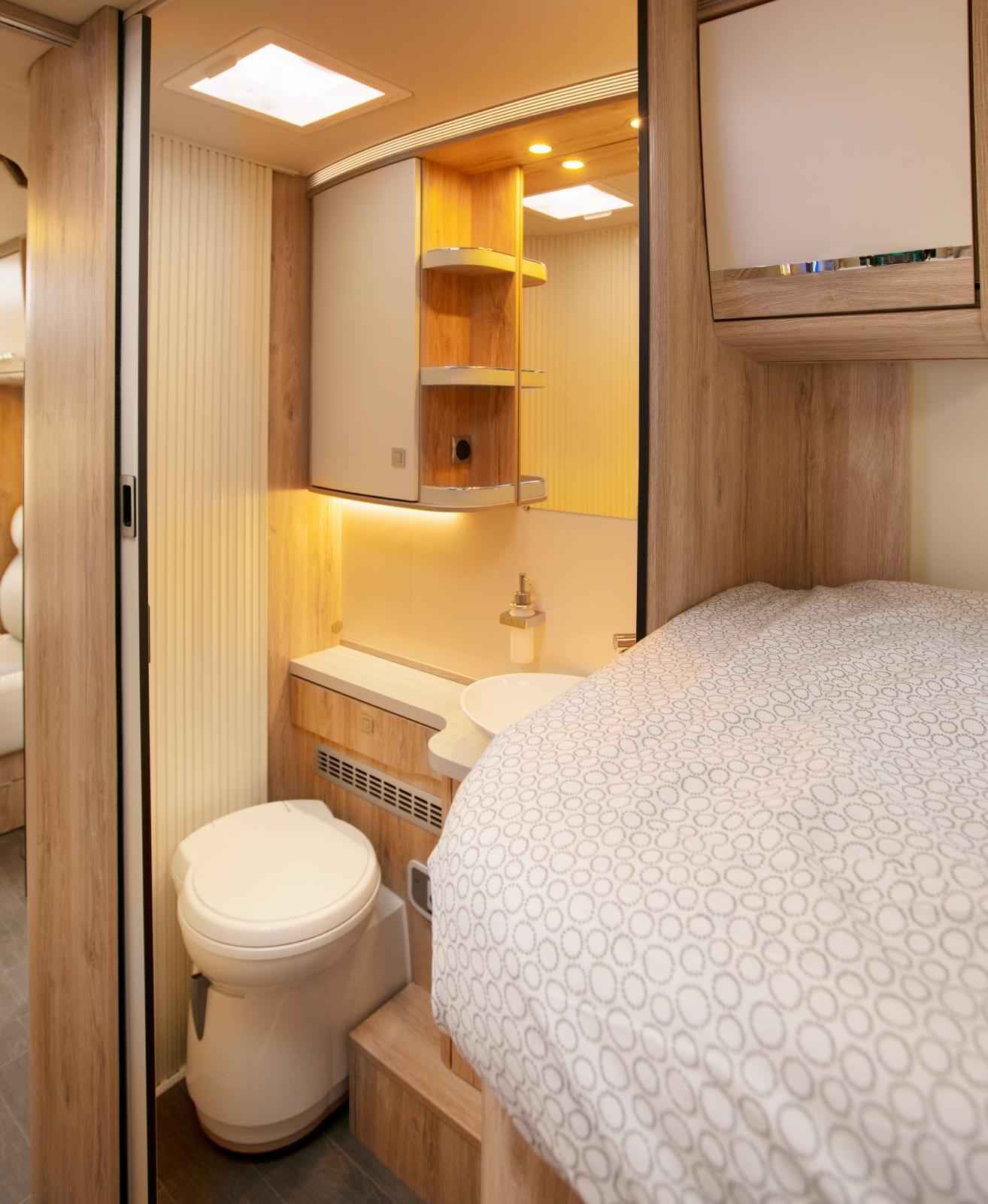 Toaletten har jalusidörr som kan skallra under färd.