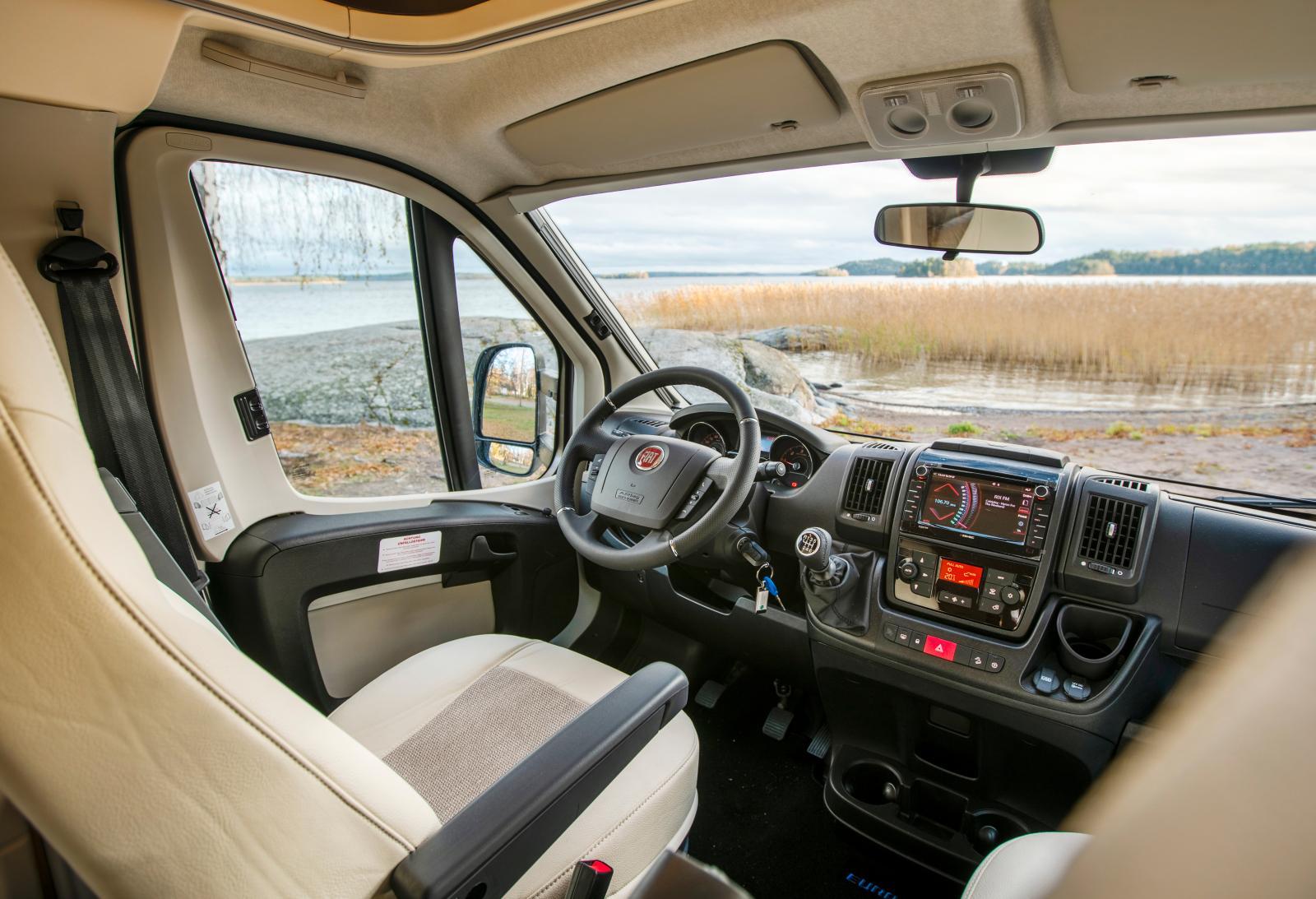 Förarmiljön i Fiat Ducato är en vanlig syn i nya husbilar. Denna Profila RS är upphottad med bland annat klimatanläggning.
