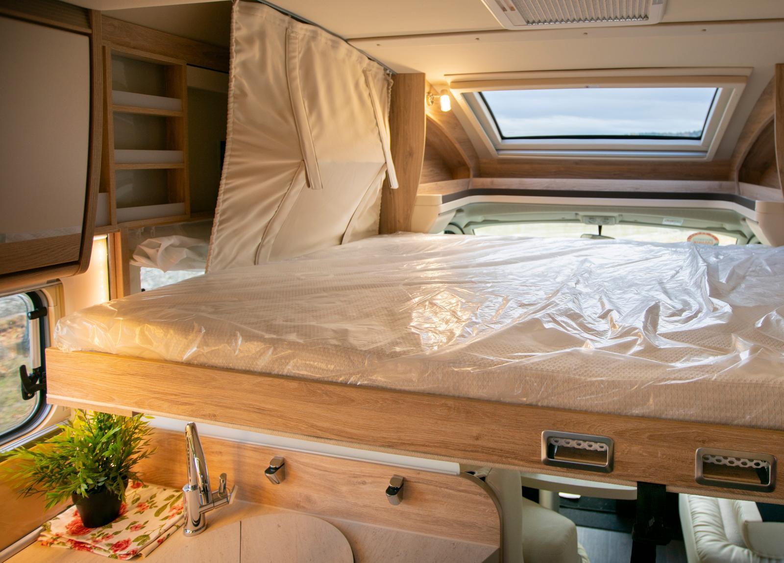 Den nedsänkbara sängen är bred vilket innebär att den blockerar entrédörren. Läslampor finns på båda sidor.