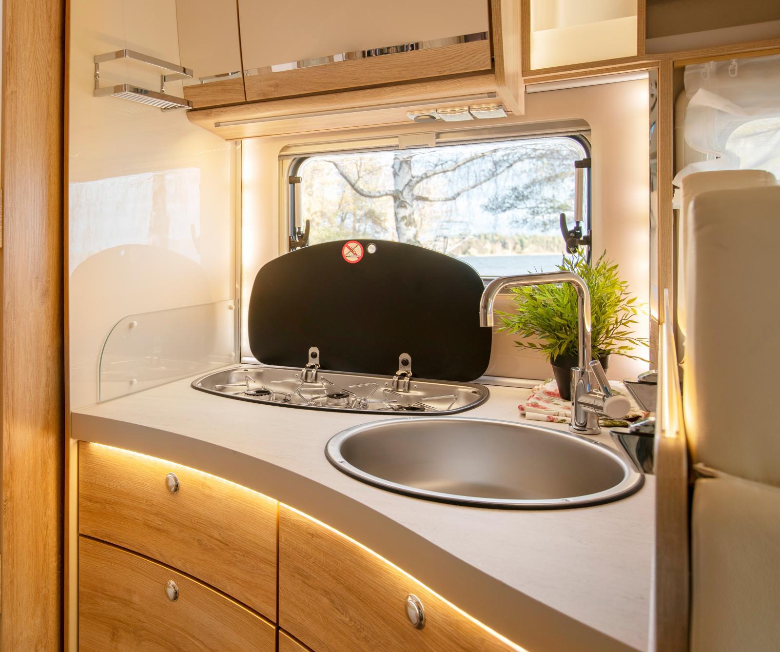 Köket är både tjusigt designat och genomtänkt välplanerat.