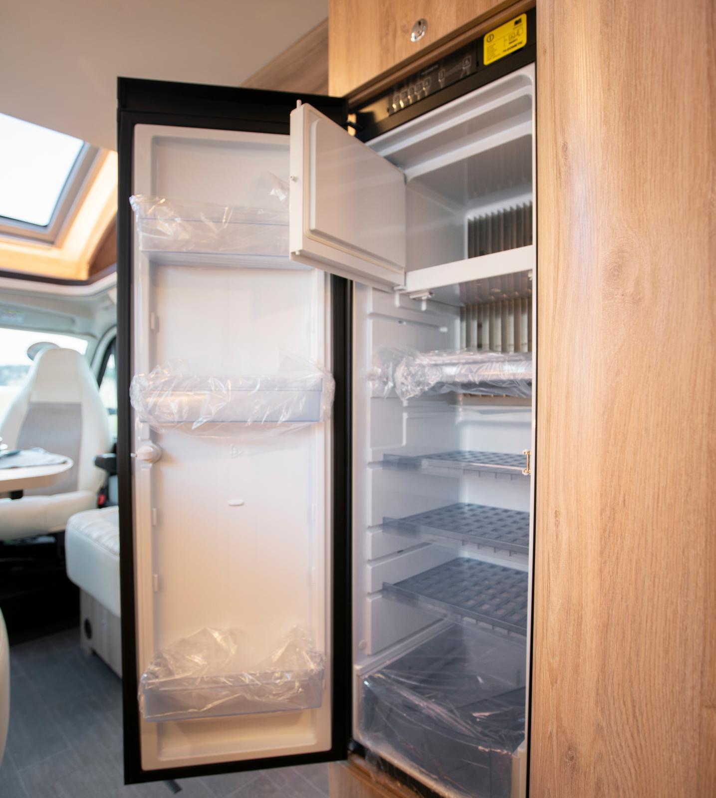 Väl tilltaget kylskåp som även har frysfack.
