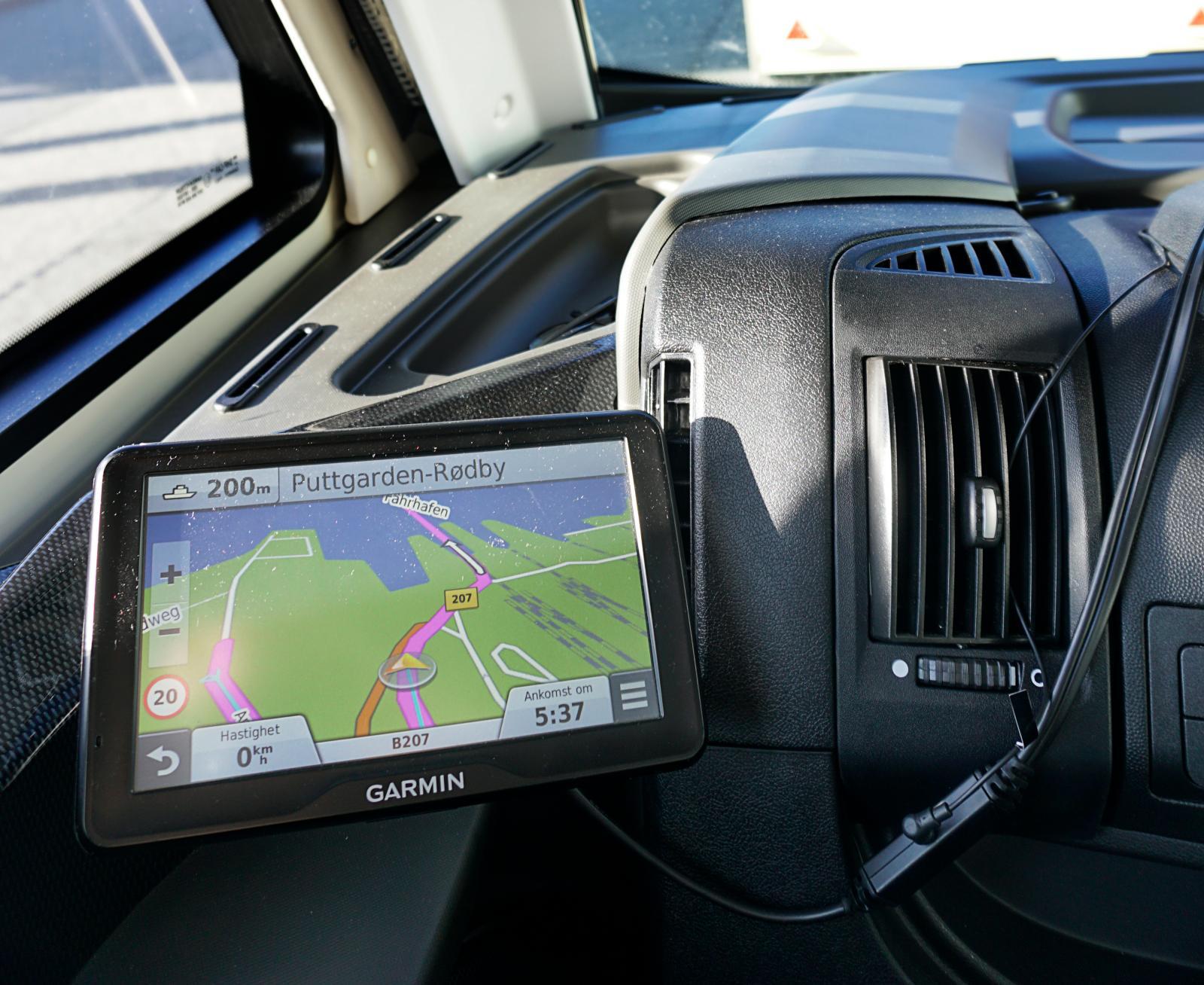 Ställ in GPS:en på nästa land redan innan överfarten så slipper du köra fel direkt på andra sidan.