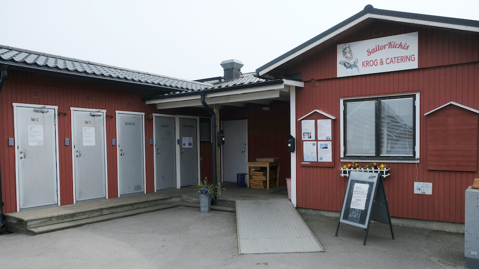 Servicehus med toaletter och duschar intill sjökrogen.