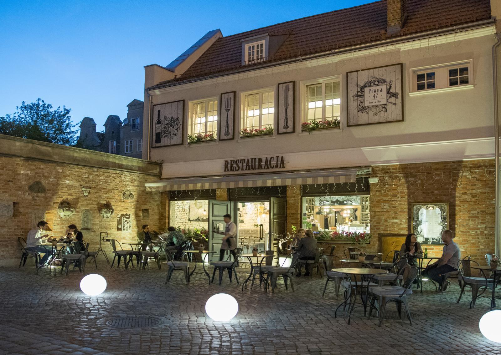 Kvällsbelysning hos populära restaurang Piwna 47.