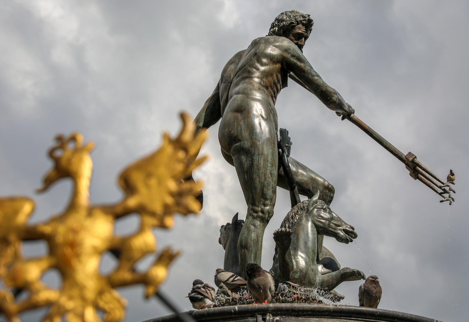 Vart hundrade år sägs det att vattnet i fontänen blir till Goldwasser.