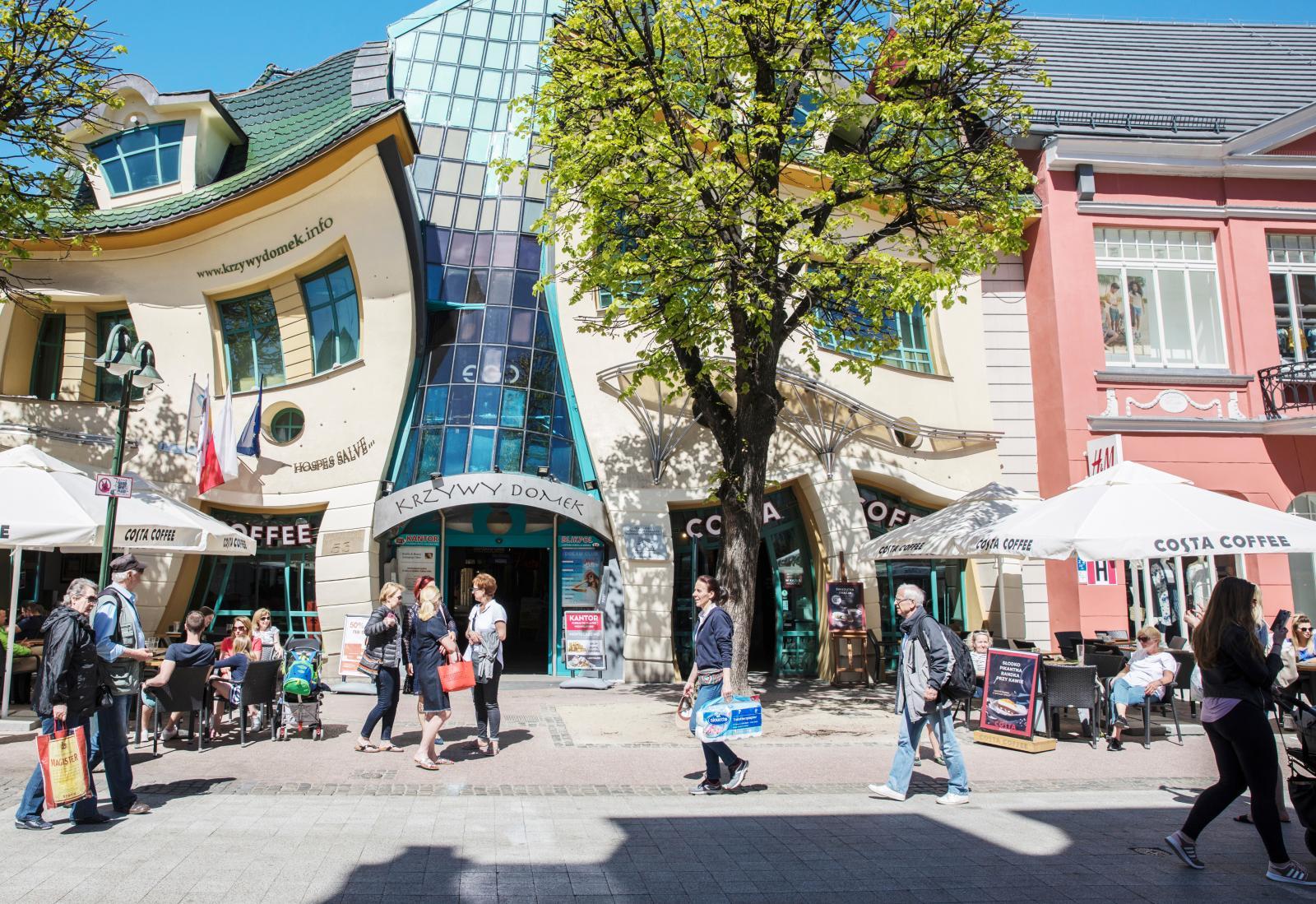Krzywy Domen är en uppseendeväckande byggnad som inte kan kallas annat än unik.