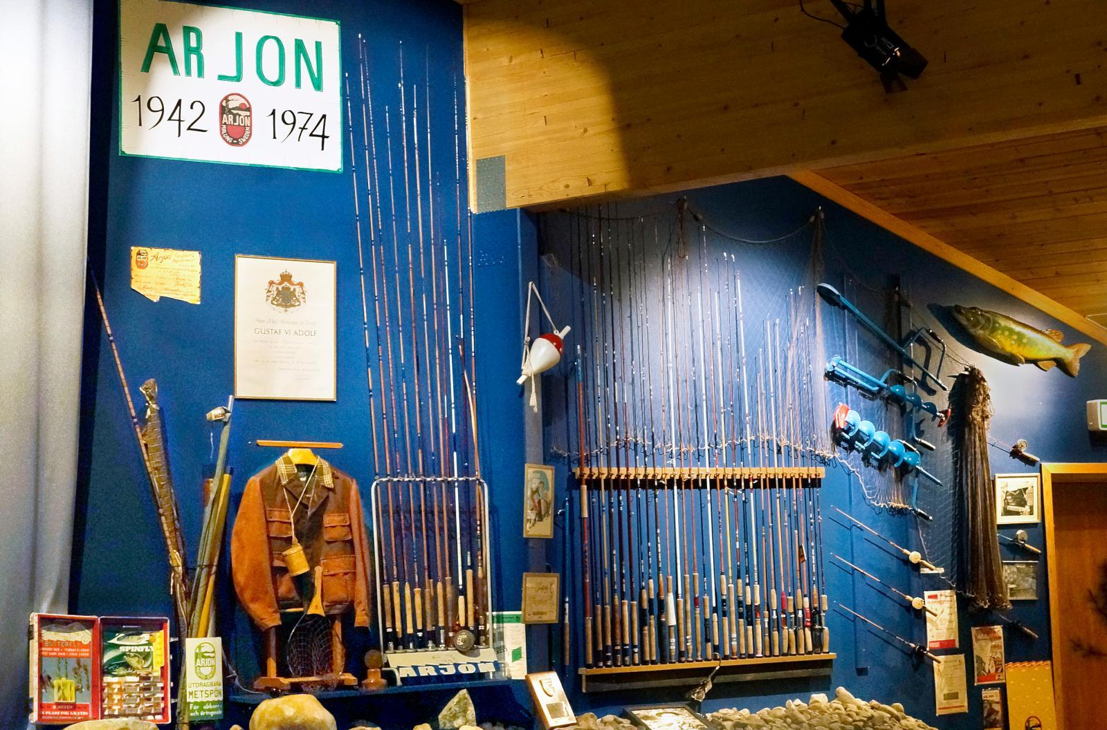 I anslutning till sportfiskebutiken finns en utställning om det gamla fiskeredskapsföretaget Arjon.