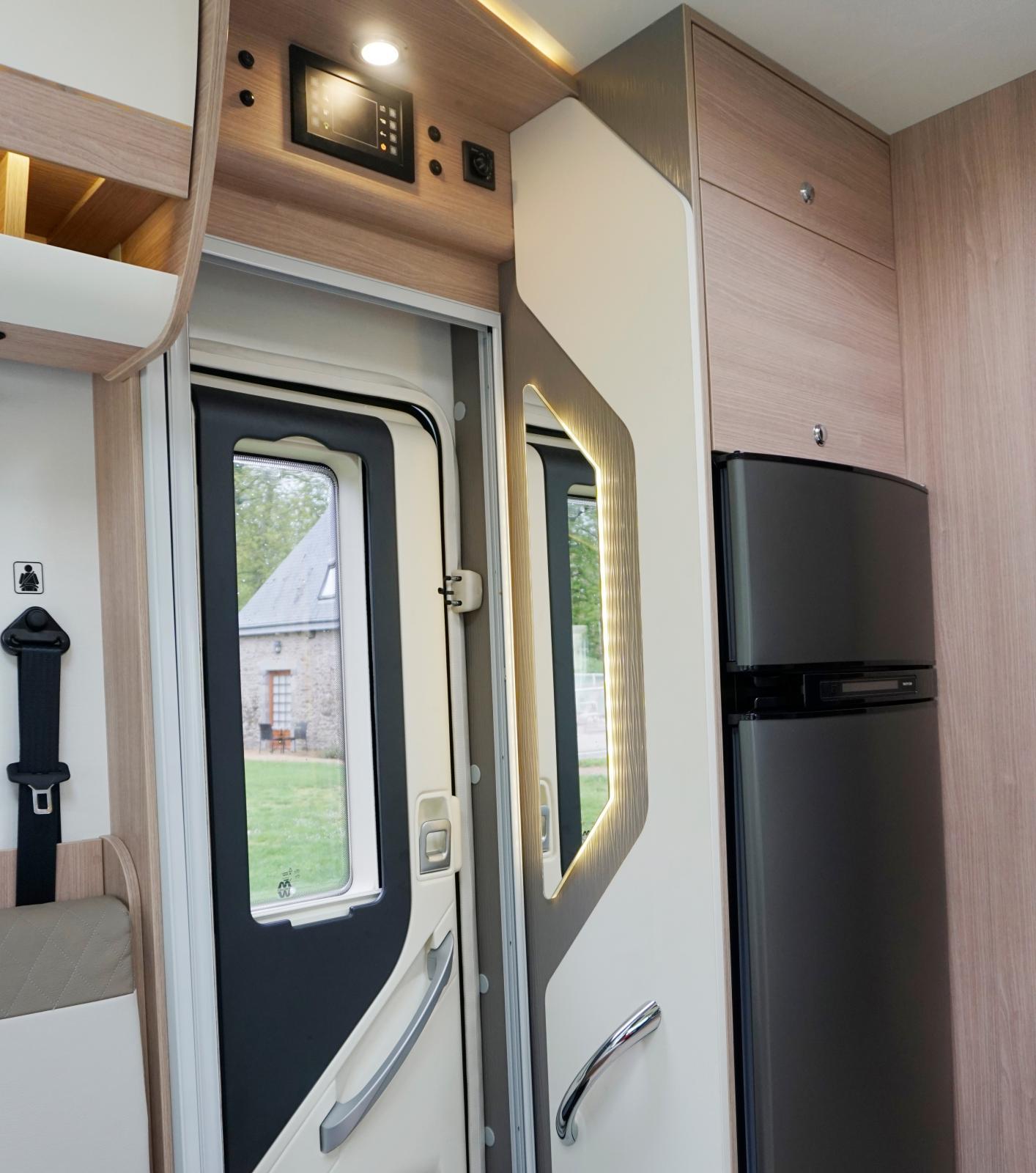 I det lilla skåpet högst upp finns ett tv-stativ och i skåpet under kan en microvågsugn placeras. Underst kyl och frys.