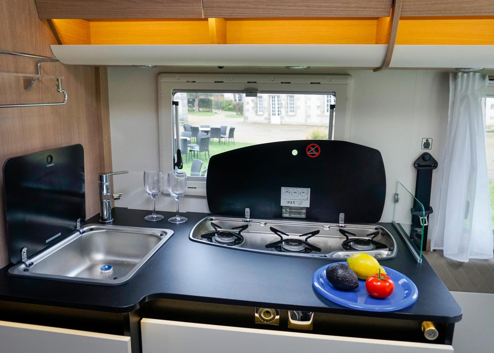 Ett praktiskt kök med kökslådor till höger och faktiskt ett skåp till vänster även om det ser ut som lådor vid första anblick. Bra med arbetsytor!