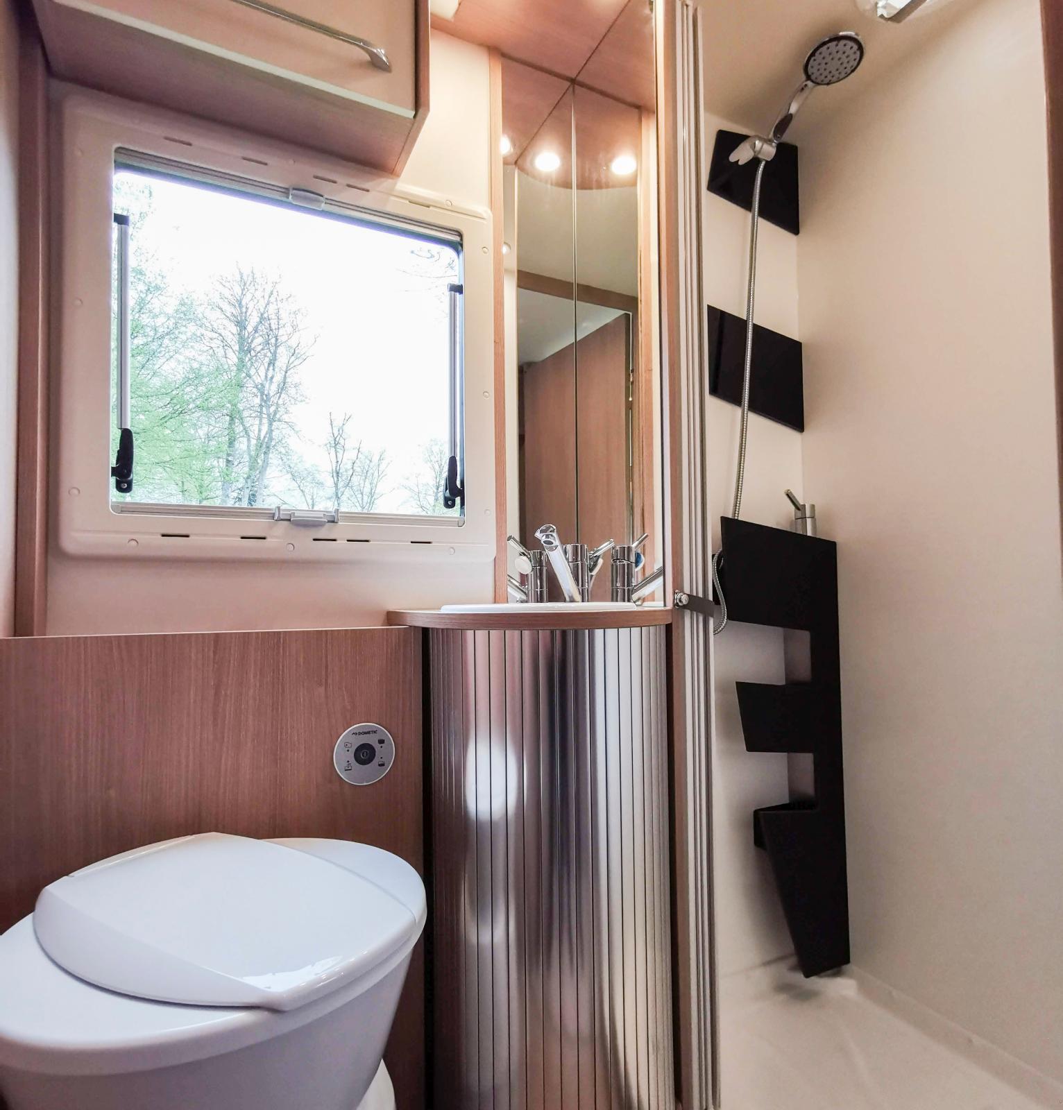 Trevligt badrum med separat duschkabin. Vi saknar bara handdukshängare och krokar, överallt i husbilen.