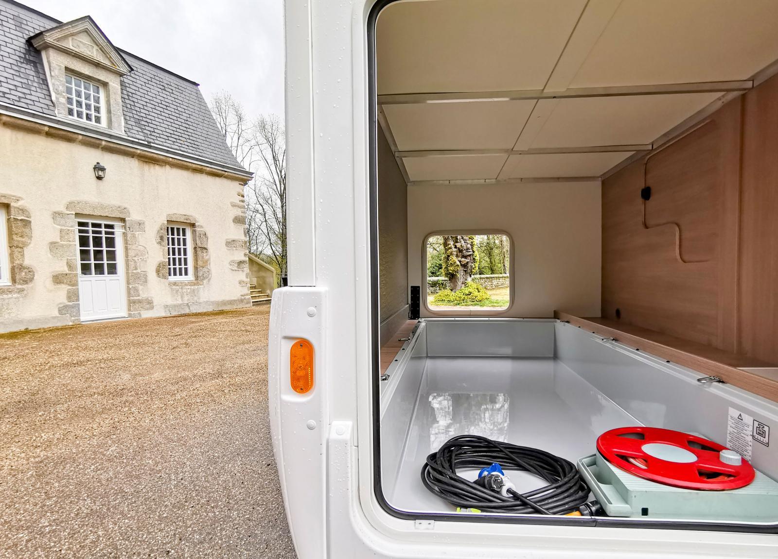 Rum för cyklar och packning, här finns lastöglor, oömt golv och belysning. Luckan leder in i bodelen.