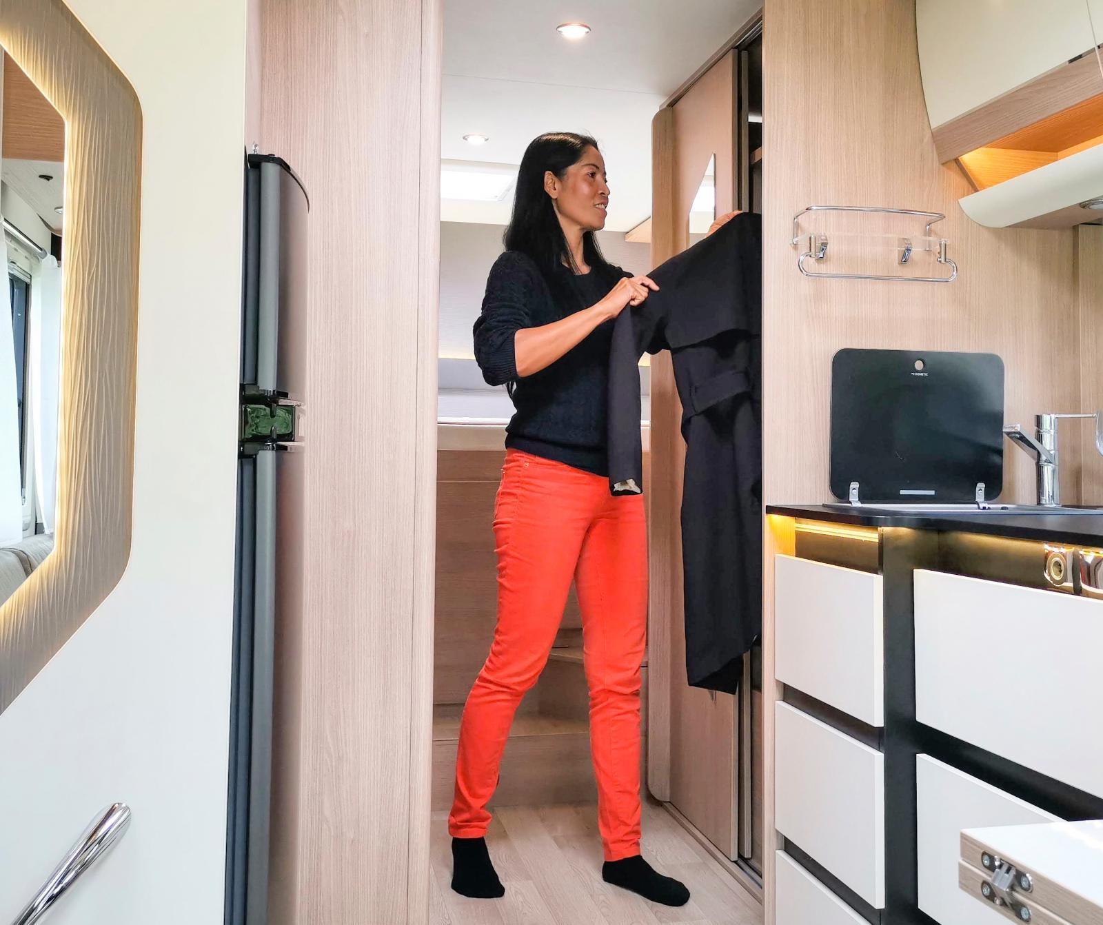Vi uppskattar verkligen de trevliga garderoberna där den närmast köket är för längre plagg på galge och den närmast sängen är försedd med hyllor.