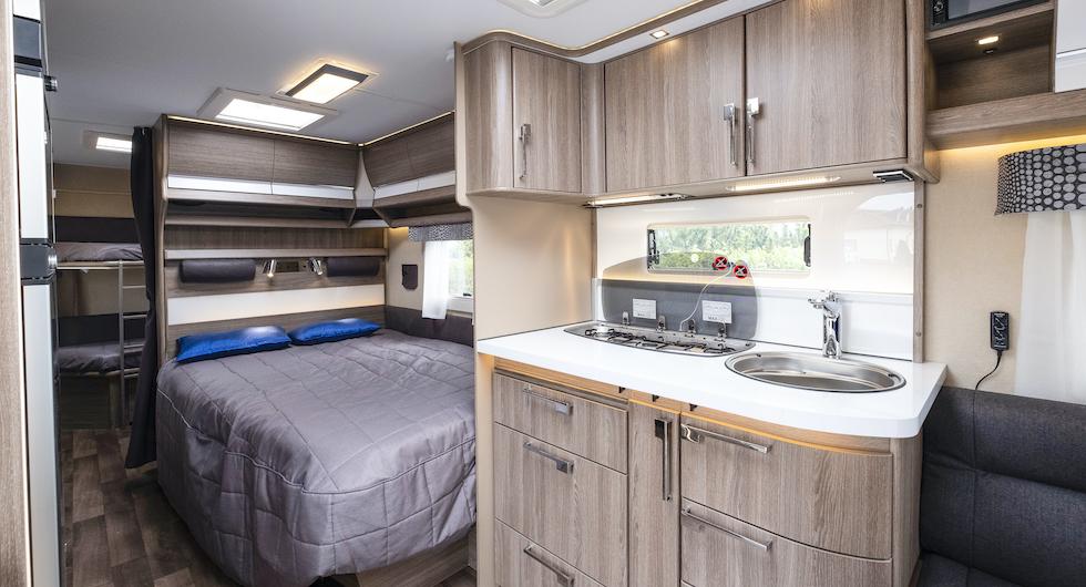 En vägg skiljer sovrummet från köket och hindrar matfläckar på sängkläderna.