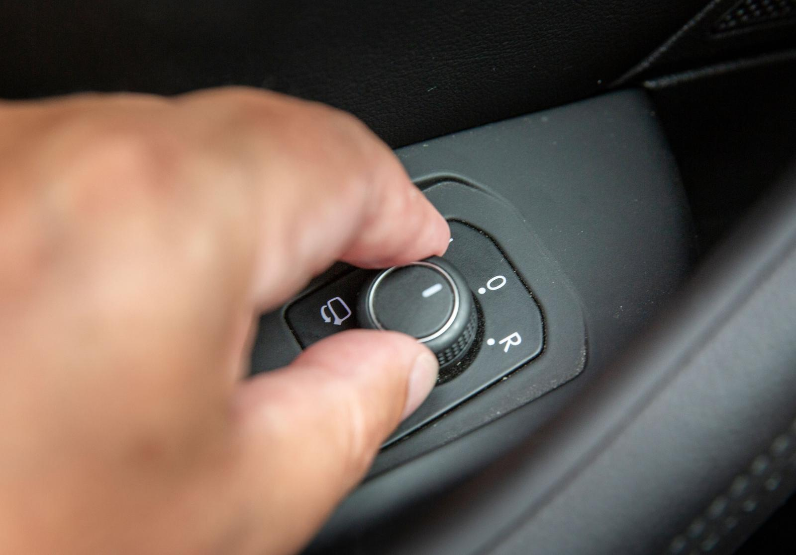 I VW styr man backningen med reglaget för ytterbackspeglarna.