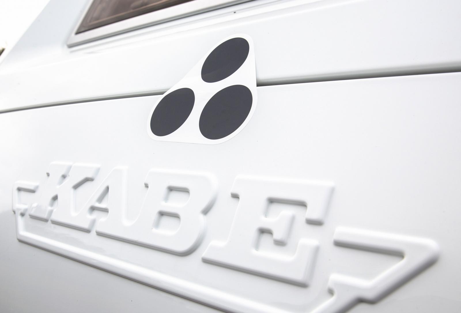 Land Rovers klisterdekal måste fästas på släpvagnen.