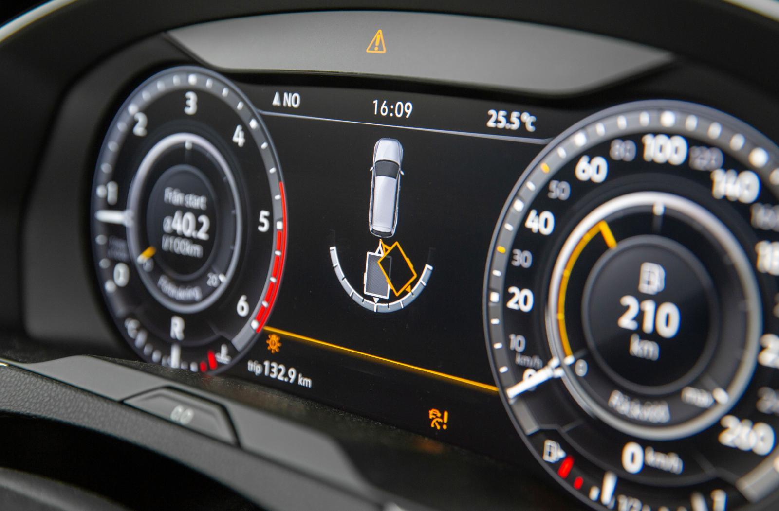 På Instrumentpanelen i VW varnas för vilken vinkel släpvagnen har.