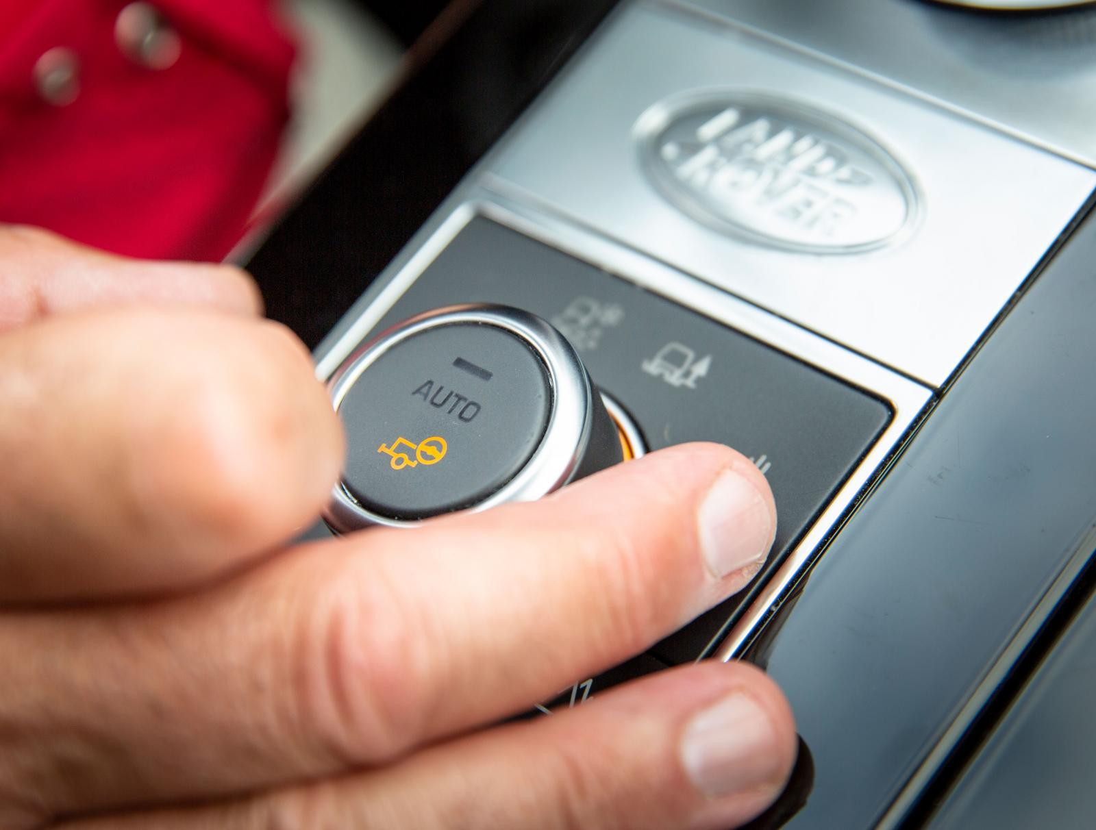 Terrängreglaget i Land Rover aktiverar släpvagnsassistenten.