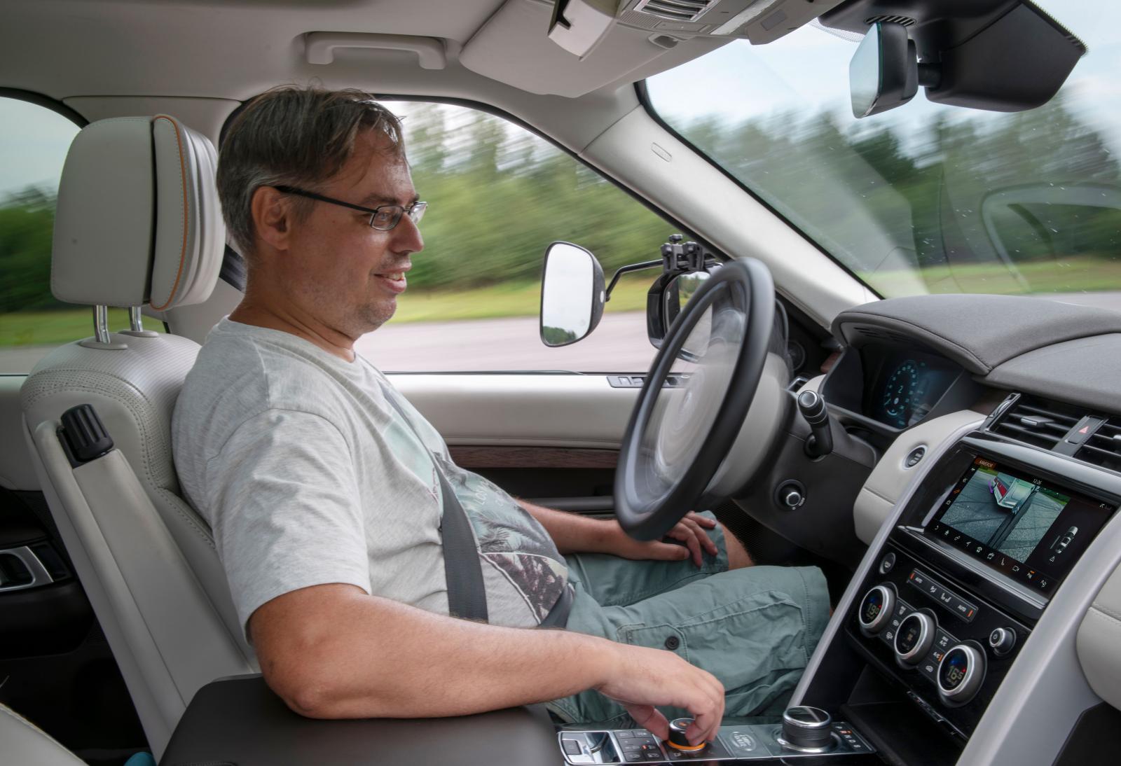 Bilderna visar systemet i Land Rover. Ratten snurrar utan förarens hjälp. Styrs med ett reglage.