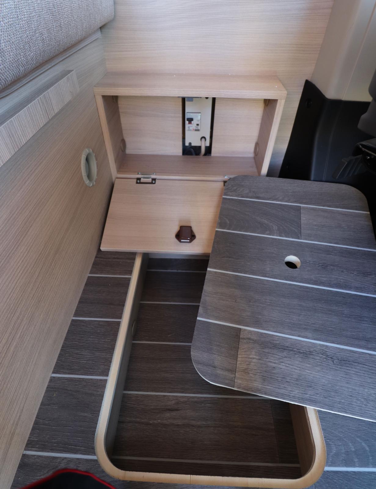 Under bordet finns två luckor, på ytterväggen och i golvet.