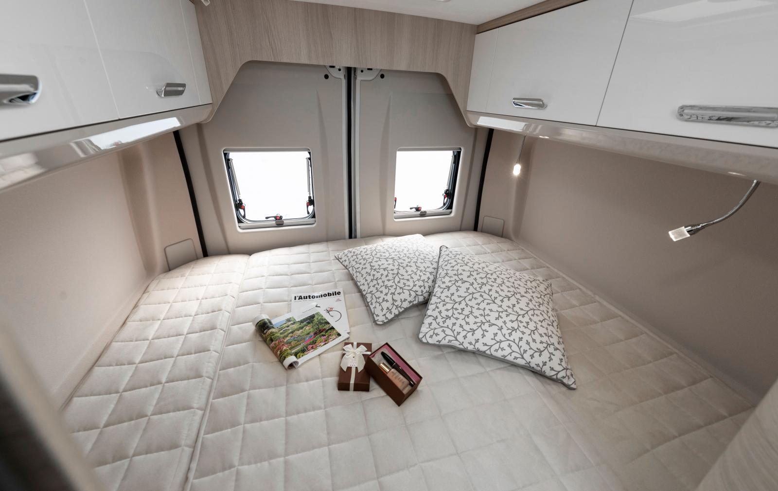 Med bädden på tvären skapas ett riktigt generöst sovrum.