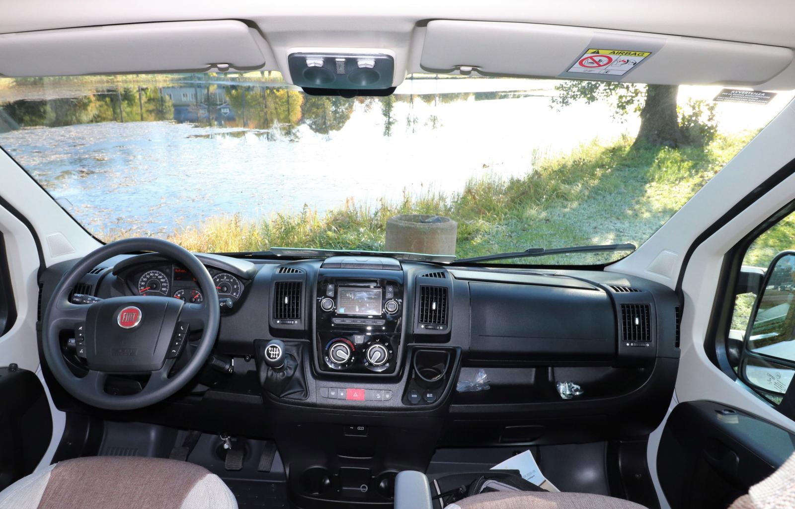 Förarmiljön känns igen från andra baserade på Fiat Ducato. Notera nya automatspaken.