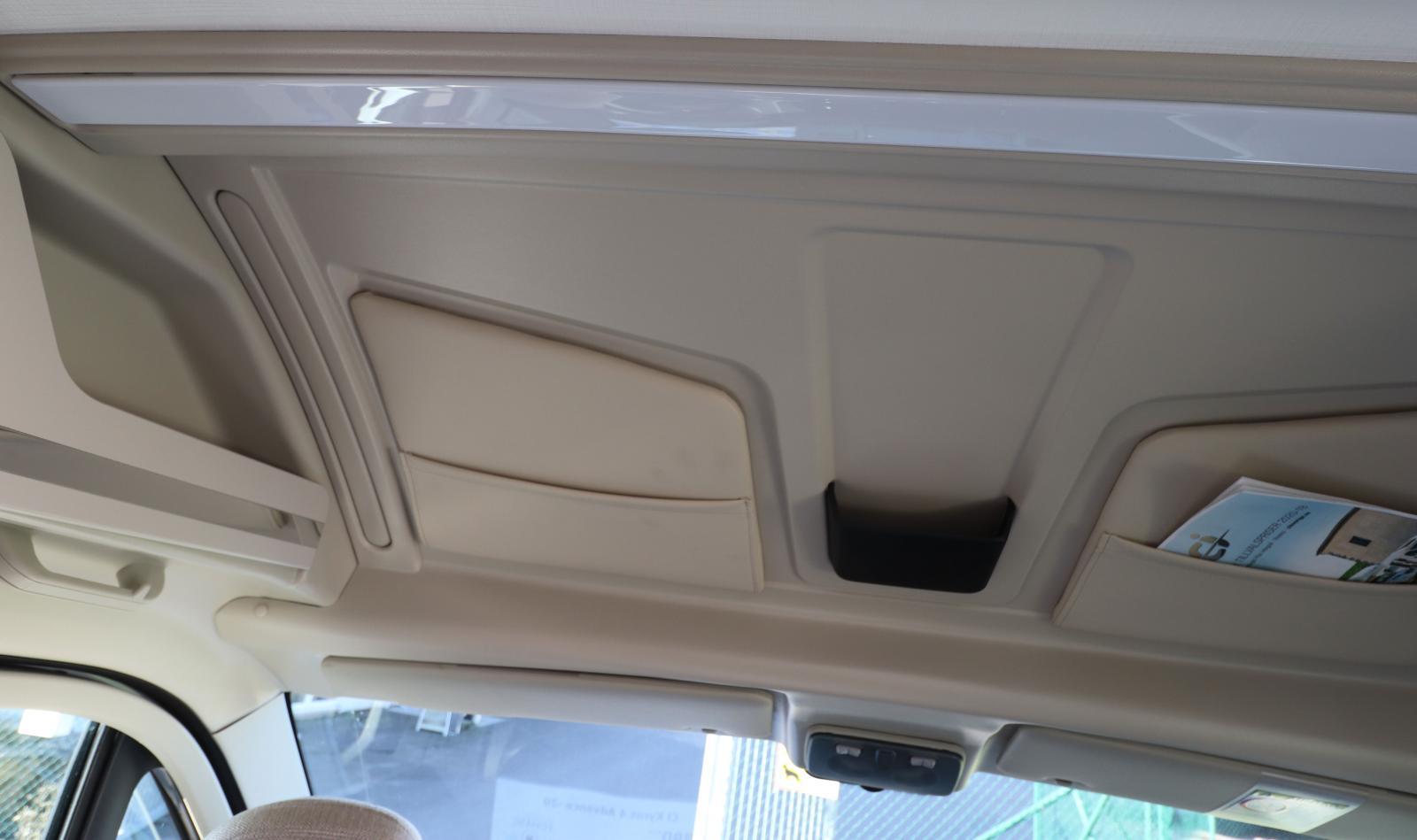 Lämpliga fickor för bilens handlingar och biljetter i taket.