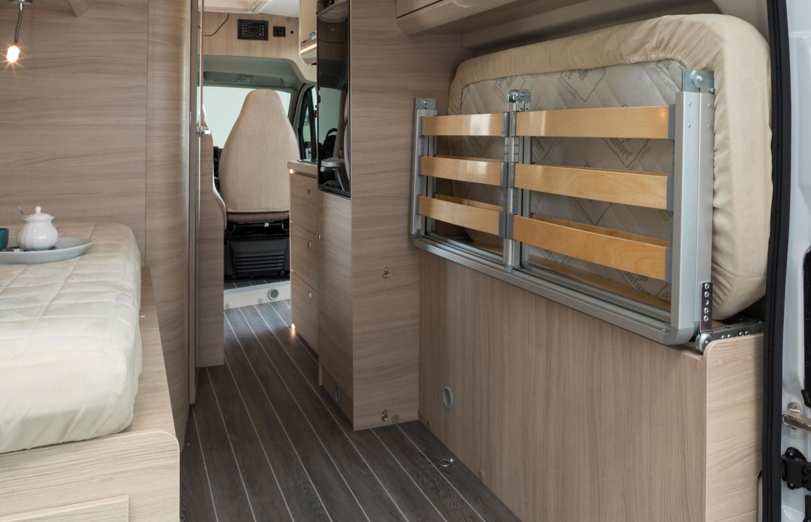 Med madrassen uppvikt längs ytterväggen skapas ett enormt lastutrymme.
