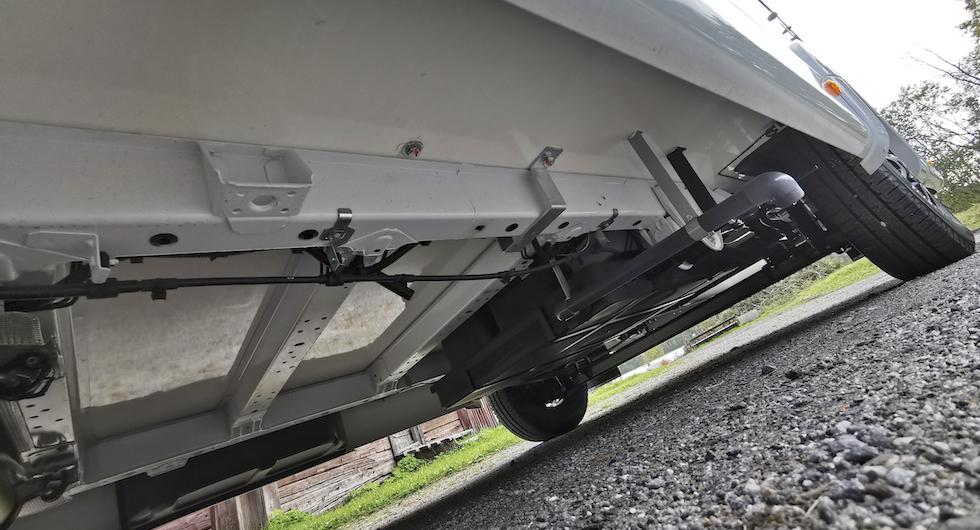 Husbilen byggs på lägre chassibalkar (vanligen dubbla) vilket ger lägre golv och tyngdpunkt. På husbilsspråk normalt kallat Fiat campingchassi där bredare spårvidd på bakaxeln också ingår.