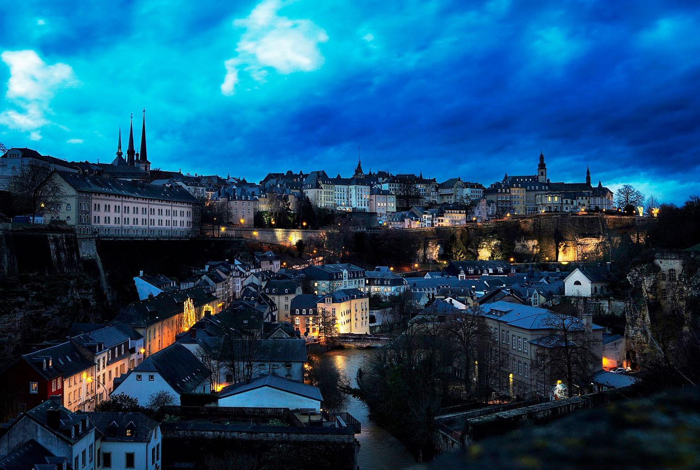 Magisk kvällsbild över Luxemburg City.
