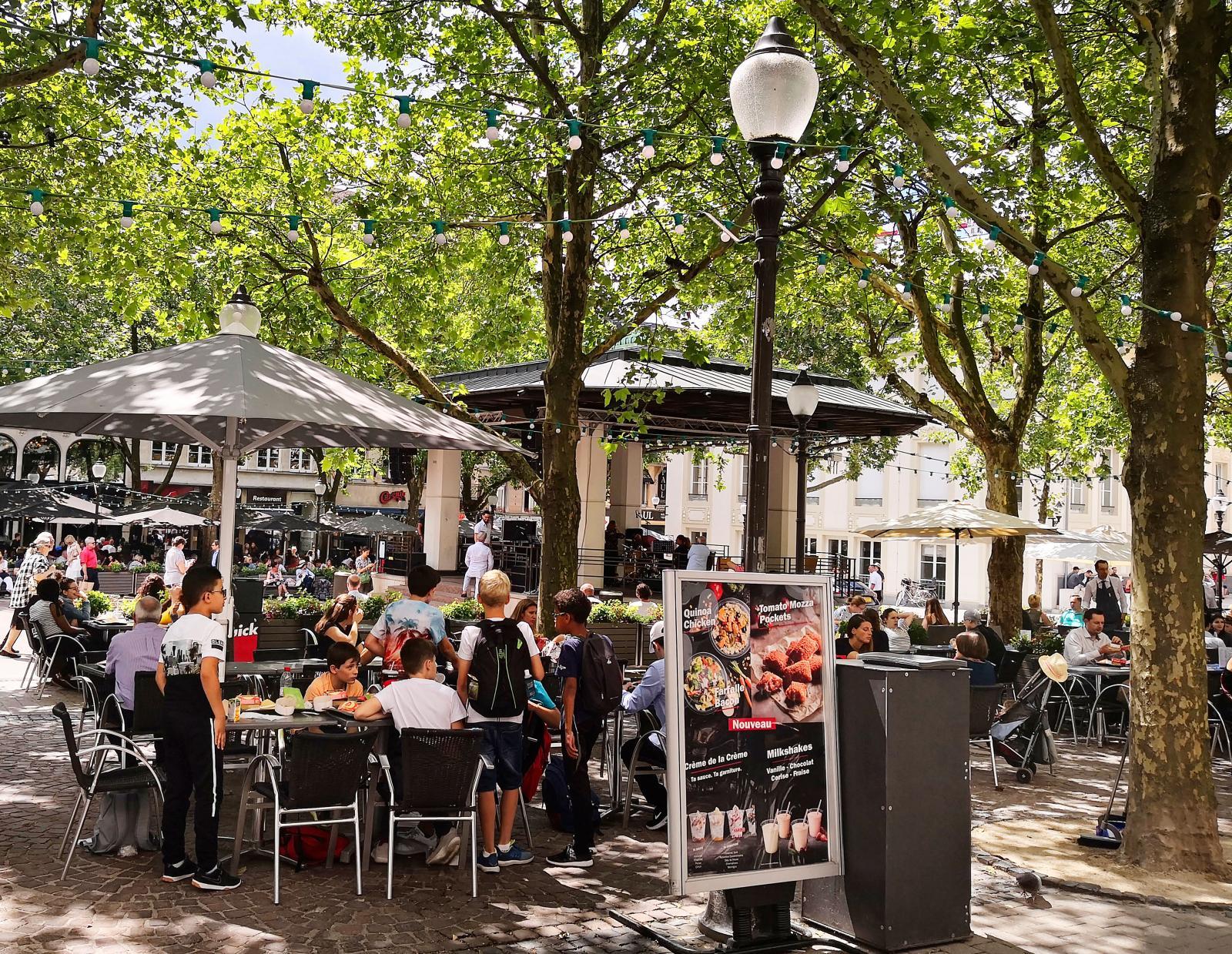 Runt Place DÁrmes torg finns ett stort utbud av trevliga uteserveringar för en svalkande öl.