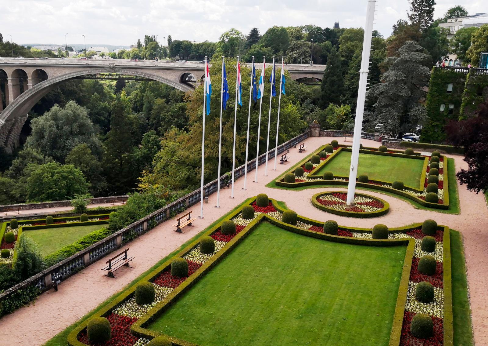Place de la Constitution (TheConstitution Square) byggdes på bastionen Beck (byggd 1644) och symboliserar frihet för Luxemburgs folk.